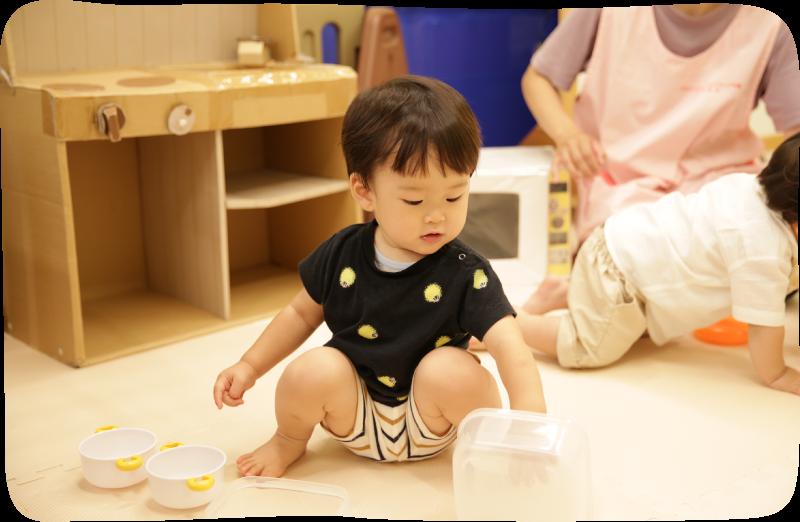 遊んでいる園児の画像